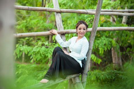 Phạm Quỳnh Anh khăn đóng, áo dài đón xuân