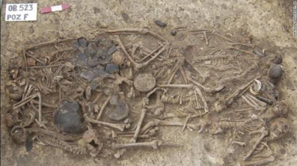 Ngôi mộ tập thể chứa 15 bộ xương được tìm thấy ở Ba Lan.
