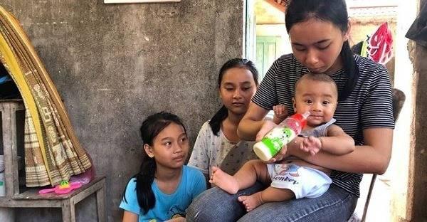 Bé út Nguyễn Minh Châu vui vẻ khi chị Linh cho ăn sữa