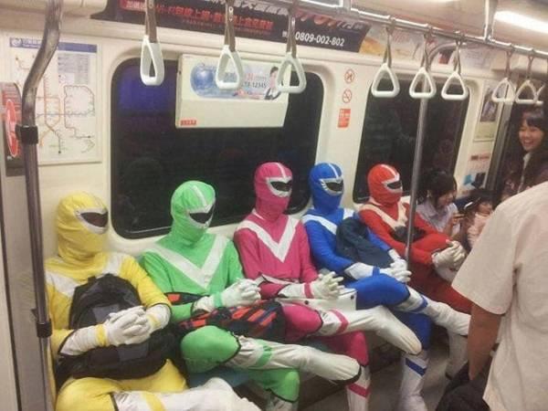 """Mấy anh em """"siêu nhân"""" rủ nhau đi du lịch."""