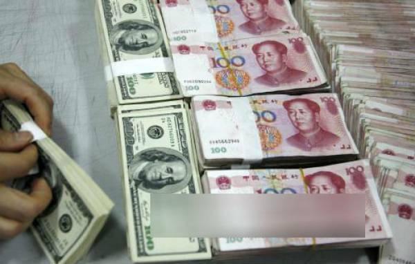 Kiểm tiền NDT (phải) và USD (trái) tại ngân hàng ở tỉnh An Huy, Trung Quốc.