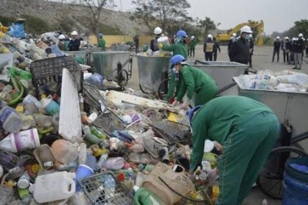Công nhân Công ty Môi trường đô thị Hải Phòng phân loại rác thải nhựa để xử lý, bảo đảm tối ưu và hiệu quả