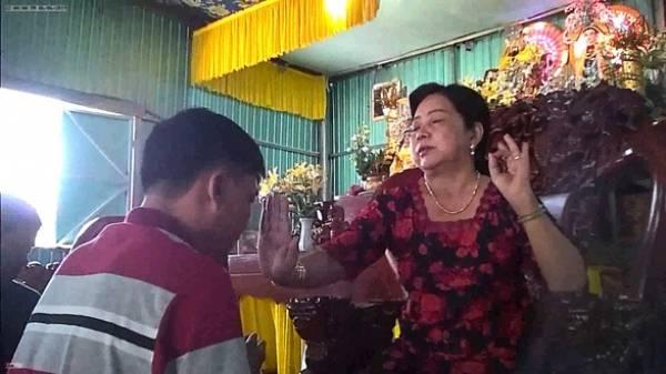 Bà Hường chữa bệnh bằng biện pháp xoa đập, bấm huyệt và ban thuốc thánh cho các bệnh nhân tại am thờ - Ảnh: N.N.
