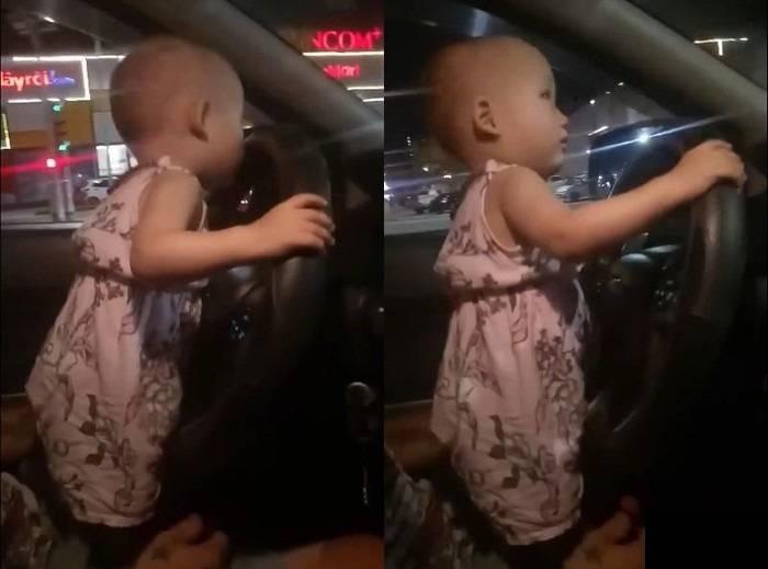 Hình ảnh em bé cầm vô lăng điều khiển xe ô tô khiến người xem thót tim.