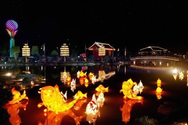 Cư dân tương lai của Vinhomes Smart City được thưởng ngoạn lễ hội đèn lồng mỗi ngày tại Vườn Nhật Bản trong nội khu dự án.