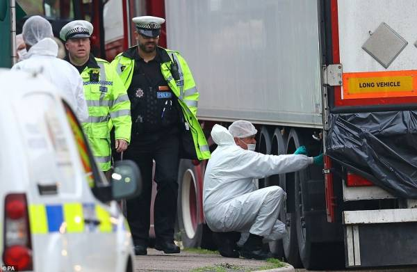Các nhà chức trách Anh tại hiện trường - nơi phát hiện 39 thi thể trong xe container.