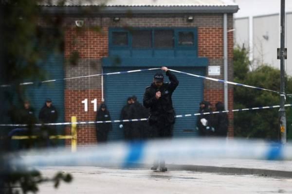Cảnh sát điều tra hiện trường nơi phát hiện xe tải với các thi thể