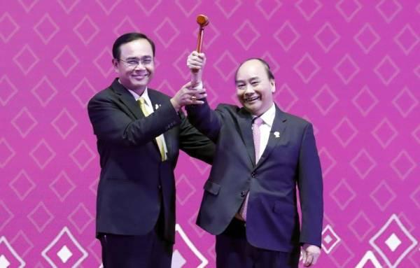 """Thủ tướng Nguyễn Xuân Phúc đã nhận chiếc """"búa Chủ tịch ASEAN""""."""