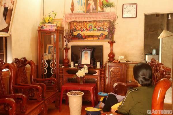 Bà Nguyễn Thị Huân - mẹ anh Nguyễn Đình Lượng thẫn thờ bên di ảnh con trai