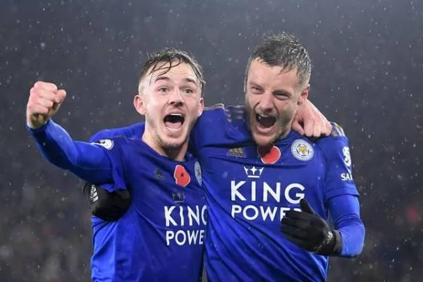 Vardy (phải) có bàn thắng thứ 11 ở mùa giải năm nay, anh tiếp tục dẫn đầu danh sách đua tranh Chiếc giàu vàng