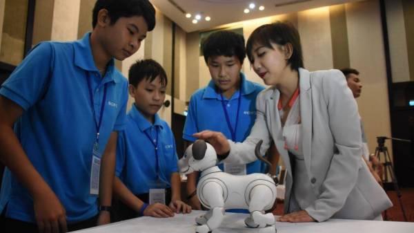 Chú chó robot Aibo cuốn hút học sinh Đà Nẵng.
