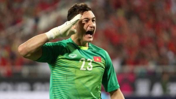 Clip Văn Lâm ngả người xuất thần cản phá pha sút phạt của cầu thủ Thái Lan
