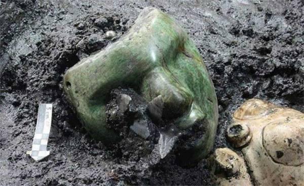 Một cổ vật được phát hiện dưới chân kim tự tháp Mặt trời.