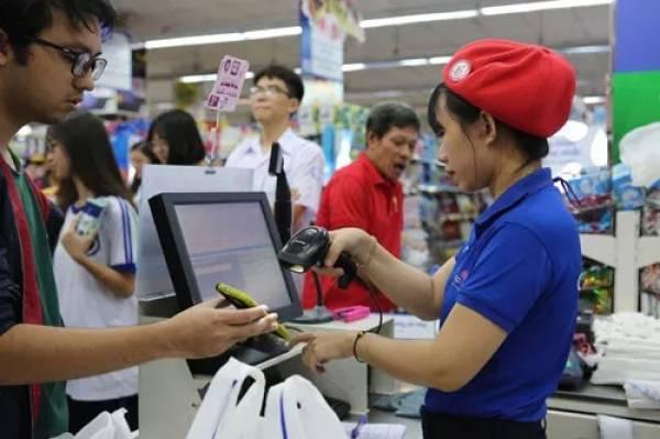 Thanh toán không dùng tiền mặt ngày càng nhiều trong kênh bán lẻ hiện đại Ảnh: HOÀNG TRIỀU