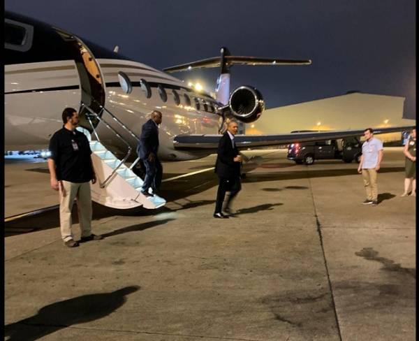 Hình ảnh cựu Tổng thống Mỹ Obama vừa đáp xuống sân bay Tân Sơn Nhất