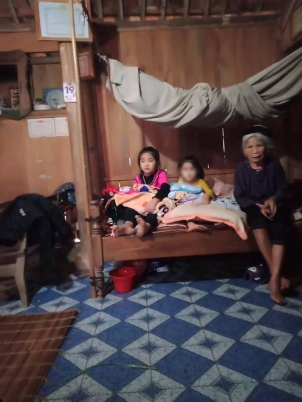 Mẹ già và 4 đứa con nhỏ của chị Thêu