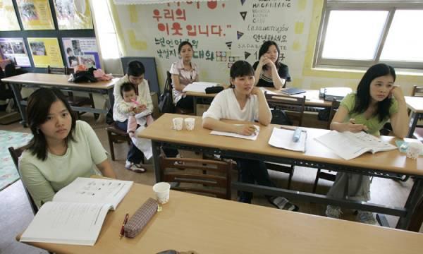 Một lớp học giao tiếp tiếng Hàn cho các cô dâu Việt Nam tại thủ đô Seoul, Hàn Quốc. Ảnh: Reuters.