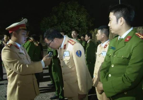 Đoàn kiểm tra đặc biệt Công an tỉnh Ninh Bình kiểm tra nồng độ cồn cán bộ chiến sĩ công an trong lực lượng - Ảnh: Công an Ninh Bình