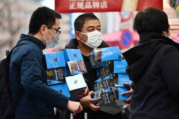Khách gom hàng khẩu trang theo lố ở Tokyo, Nhật Bản -