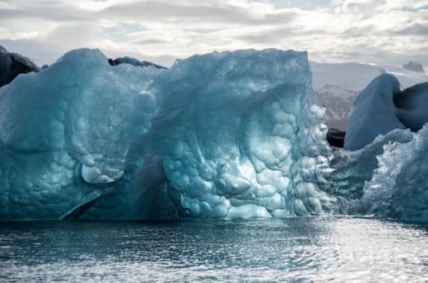 Trong lớp băng trăm nghìn năm tuổi là hàng chục loại virus lạ chưa từng biết đến. Ảnh minh họa: Pexels