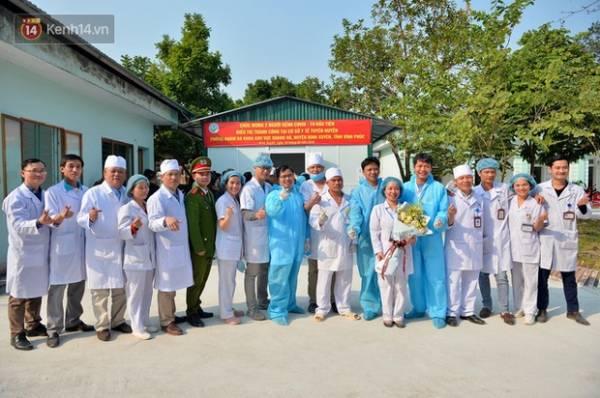 Chiều 18/2, Phòng khám đa khoa khu vực Quang Hà (Bình Xuyên, Vĩnh Phúc) đã tổ chức lễ xuất viện cho 2 nữ bệnh nhân nhiễm virus COVID-19. (Ảnh - Phương Thảo).