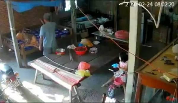 Hình ảnh cho thấy ông T. đang đánh đập mẹ già không thương tiếc. (Ảnh cắt từ clip).