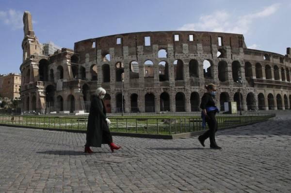 Đấu trường Colosseum vắng vẻ tại Rome hôm 15/3 giữa lúc Italy tiếp tục duy trì lệnh phong tỏa trên cả nước để chống dịch. Ảnh: AP.