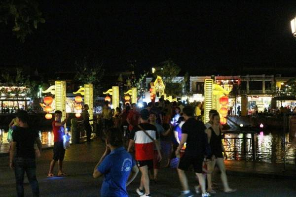 Hoi An reopened, bustling travelers check-in