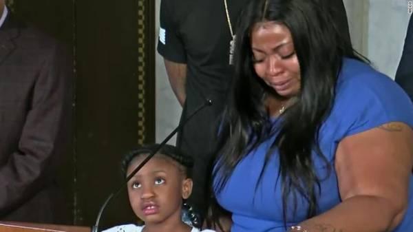 Bạn gái George Floyd bật khóc, con gái 6 tuổi biết bố qua đời trên TV