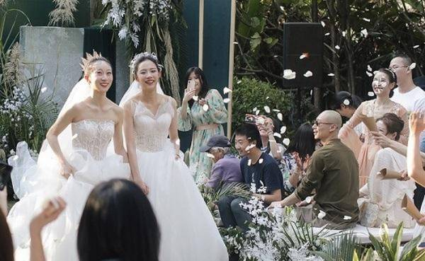 Xúc động khoảnh khắc 2 ông bố nắm tay 2 cô gái lên lễ đường trong đám cưới...